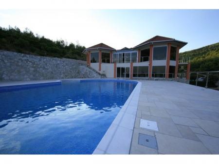 Ekskluzivna villa I red do mora, na parceli od 16.883 m2