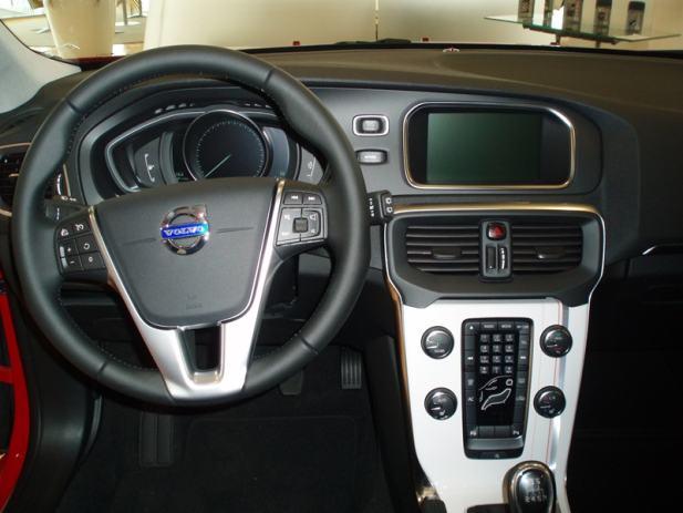 Volvo V40 D3 MOMENTUM, 2013 god.