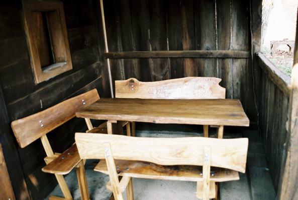 Drveni stolovi i klupe