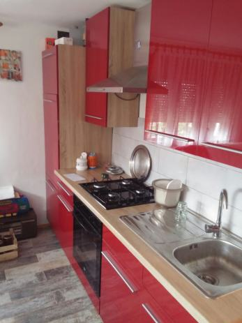 Kuhinja crvene boje,visoki sjaj!!