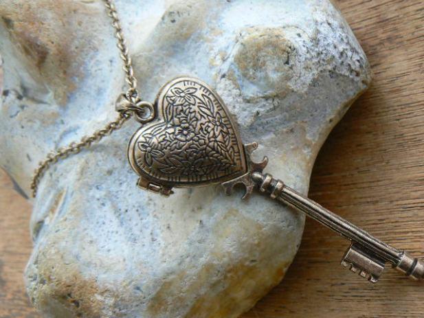 SRCE - Page 39 Ogrlica-medaljonom-oblika-kljuca-srca-vrlo-osebujna-slika-31317349