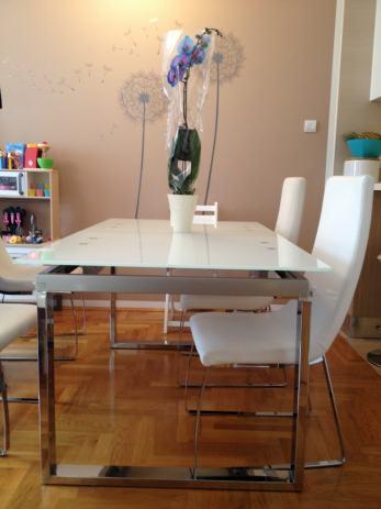 Moderni stakleni stol i stolice