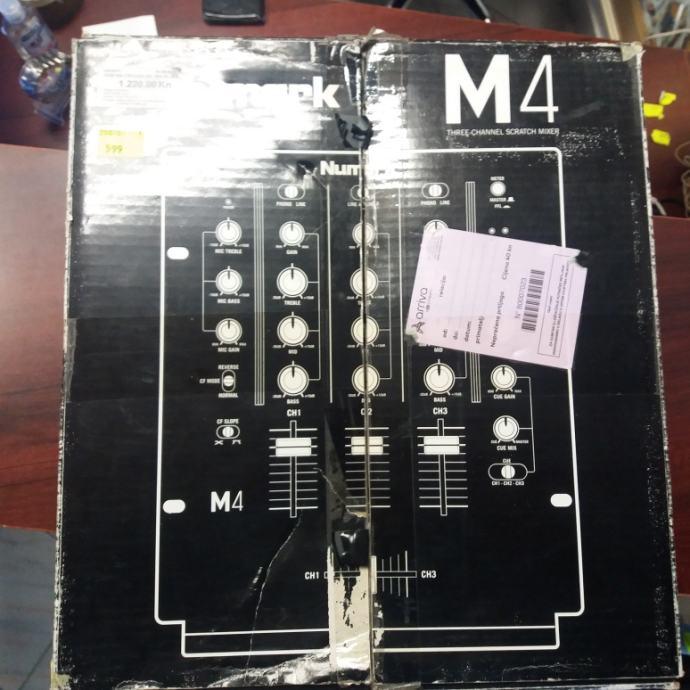Numark M4 mikser