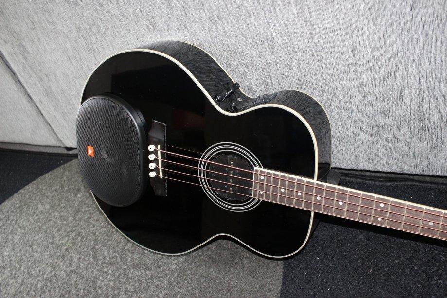 Bas gitara sa zvučnikom