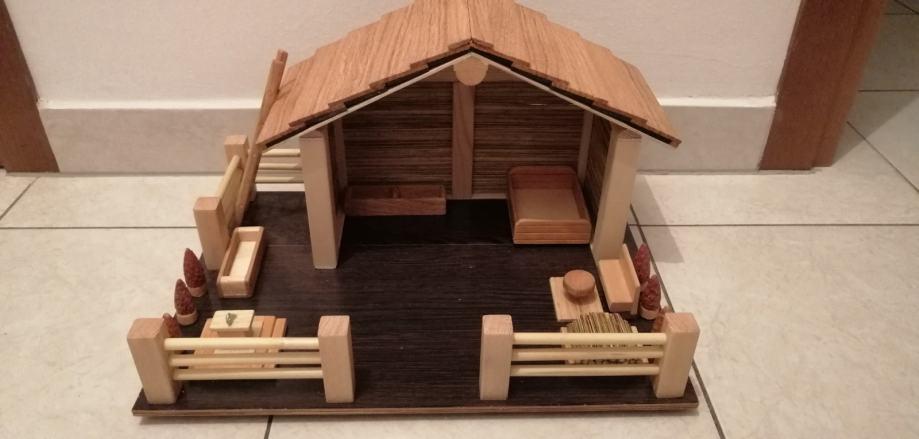 Ručno rađena drvena kućica