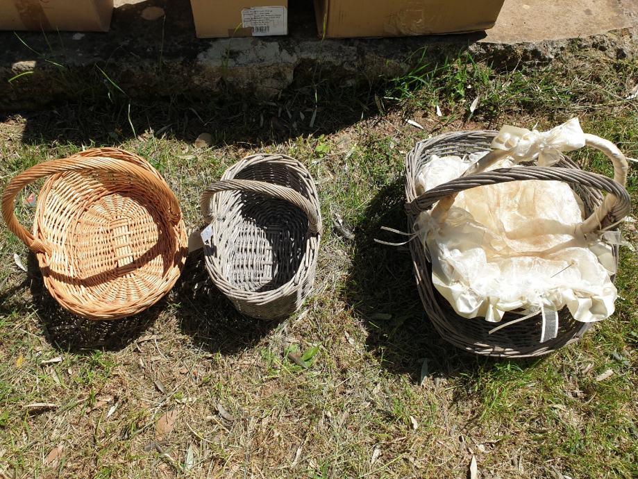 Razne vrste dekorativnih košara i drugih dekoracija