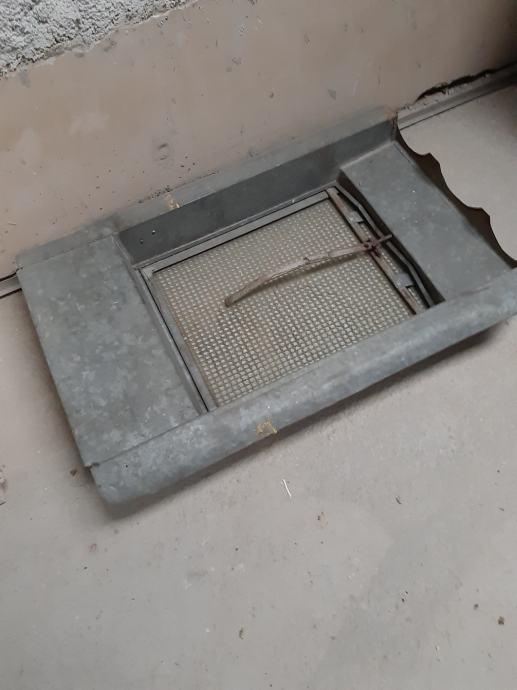 Krovni prozor 60x50 sa opšavom 300kn