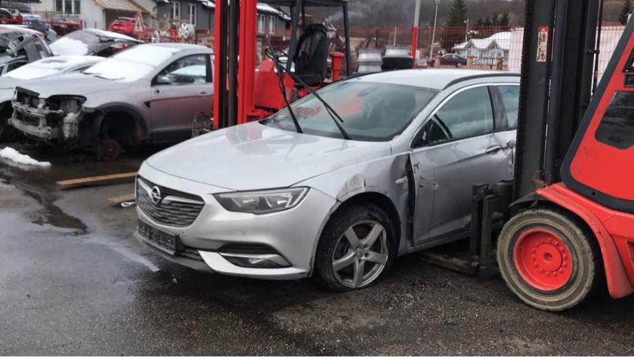 Opel insignia 2017 god dijelovi