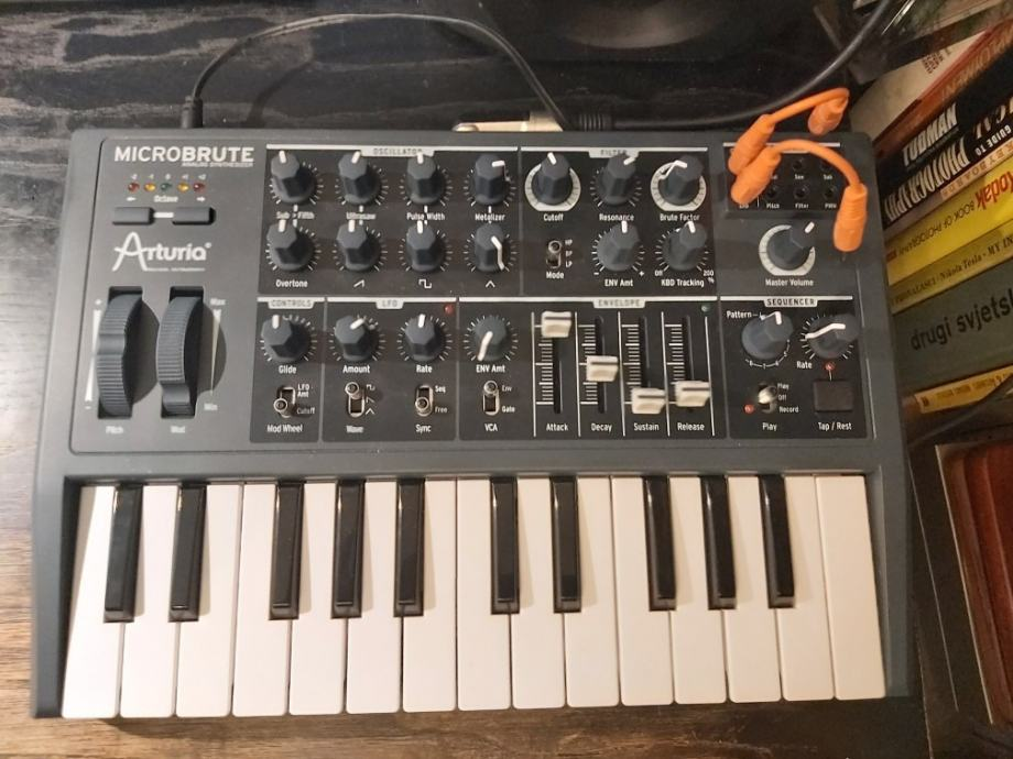 Arturia Microbrute analogni synthesizer