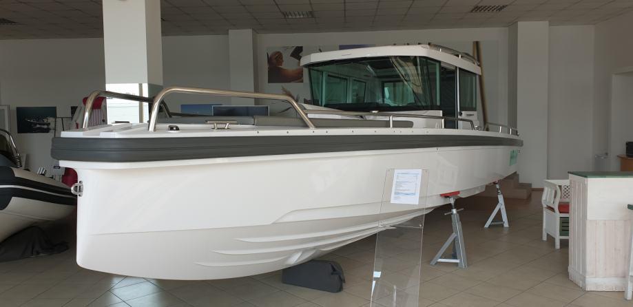 AXOPAR 28 Cabin predviđen za 2 Mercury motora