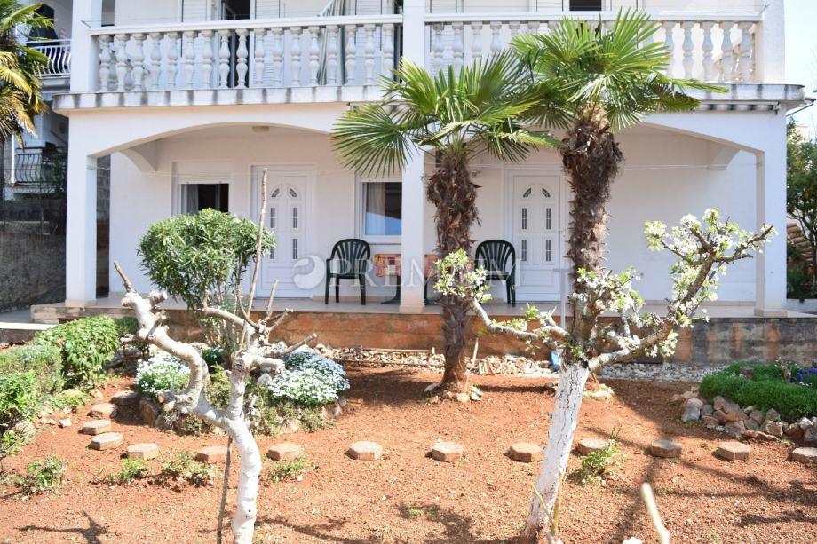 Apartman od 60 m2 u prizemlju na prodaju!! 250 m od mora i centra Mali (prodaja)