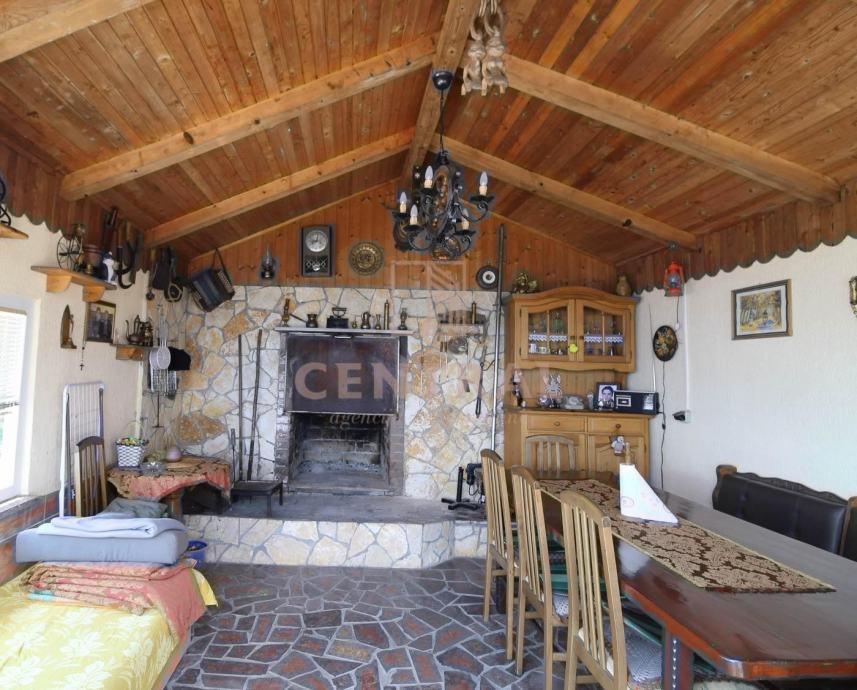 Bregi, kuća s dva dvosobna stana s dnevnim boravkom, odvojenih ulaza, (prodaja)