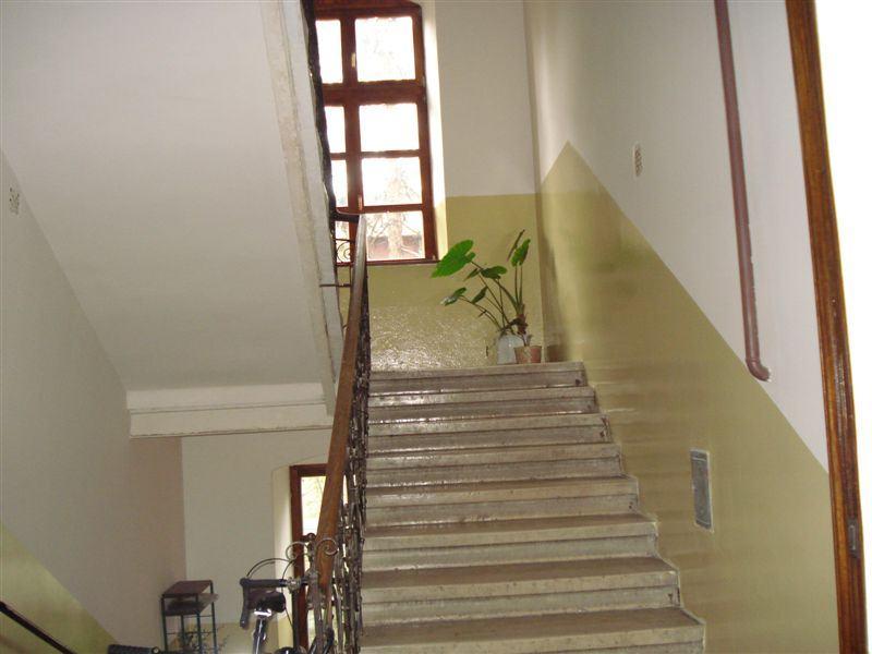 Centar, Krajiška LIJEP građa. 3sob.,2.kat, 80m2, visoki strop 3,6m (prodaja)