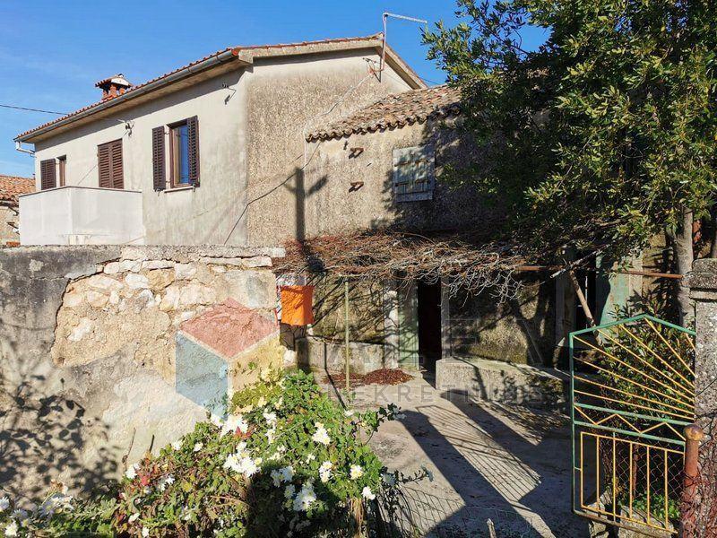 Dvojna kamena kuća s pomoćnim objektom u selu pokraj Labina (prodaja)