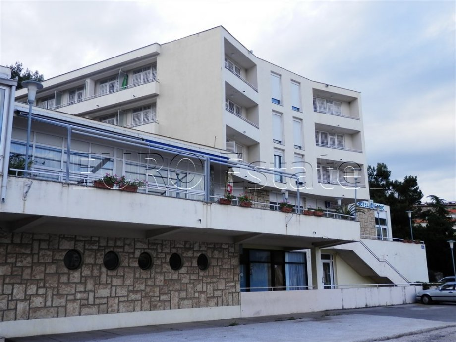HOTEL NA RIVI, UZ MORE, 3000 m2, PARKING, RESTORAN, SOBE, APARTMANI (prodaja)