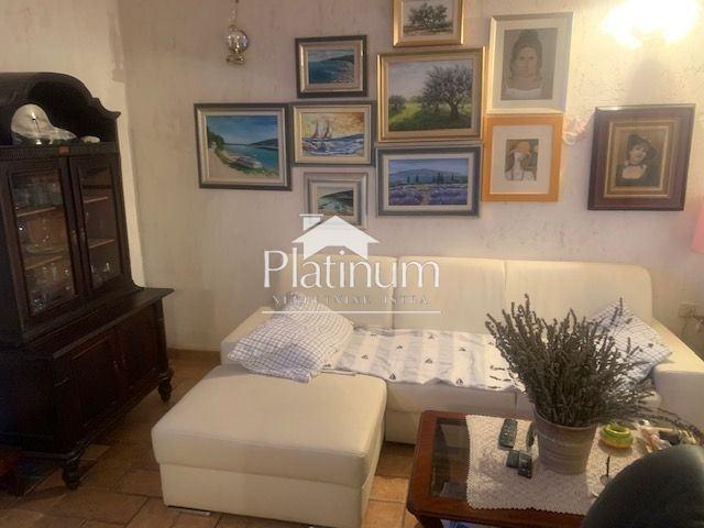 Istra, Pula, Valdebek, kuća 270m2 sa dva stana, uređena okućnica, gara (prodaja)