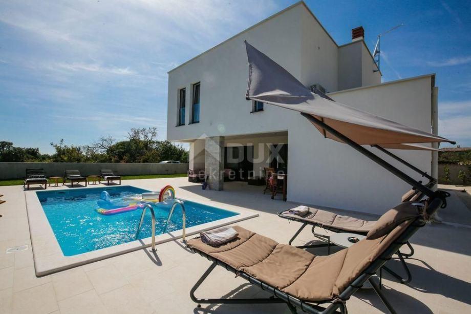 ISTRA, SVETVINČENAT - Moderno uređena vila s bazenom (prodaja)