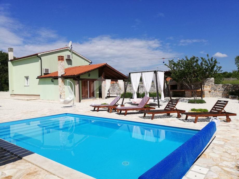 ISTRA, SVETVINČENAT - Samostojeća kuća 120 m2 s bazenom (prodaja)