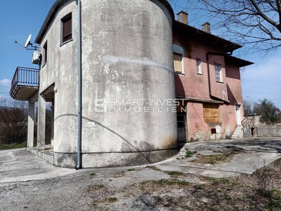 JUŠIĆI, obiteljska kuća sa 2 stana, poslovnim prostorom te građevinski (prodaja)