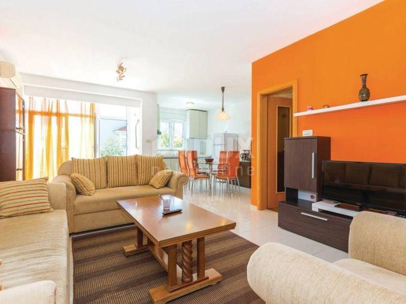 KOSTRENA, GLAVANI - 2s+db apartman s velikom terasom i parkirnim mjest (prodaja)