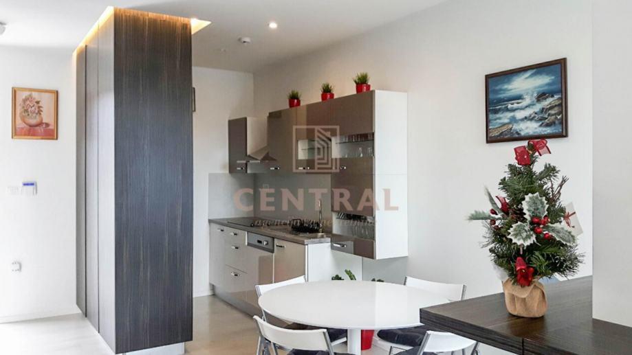 Kostrena, jednosoban stan s dnevnim boravkom, prvi red do mora, 60 m2K (iznajmljivanje)