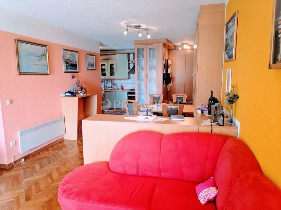 Krk, prodaja apartmana s lođom na prvom katu stambenog objekta, 300 m (prodaja)