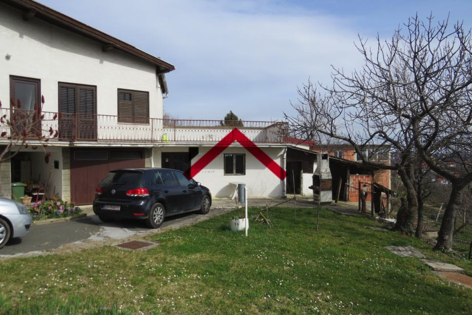 Kuća (221m2) sa garažom za renovaciju na većoj građevinskoj parceli (prodaja)