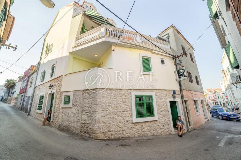 Kuća sa 5 apartmana u samom centru Vodica 400 m od mora (prodaja)