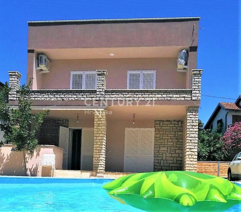 Prilika (Sniženo) - Kuća s bazenom 100m od mora (prodaja)