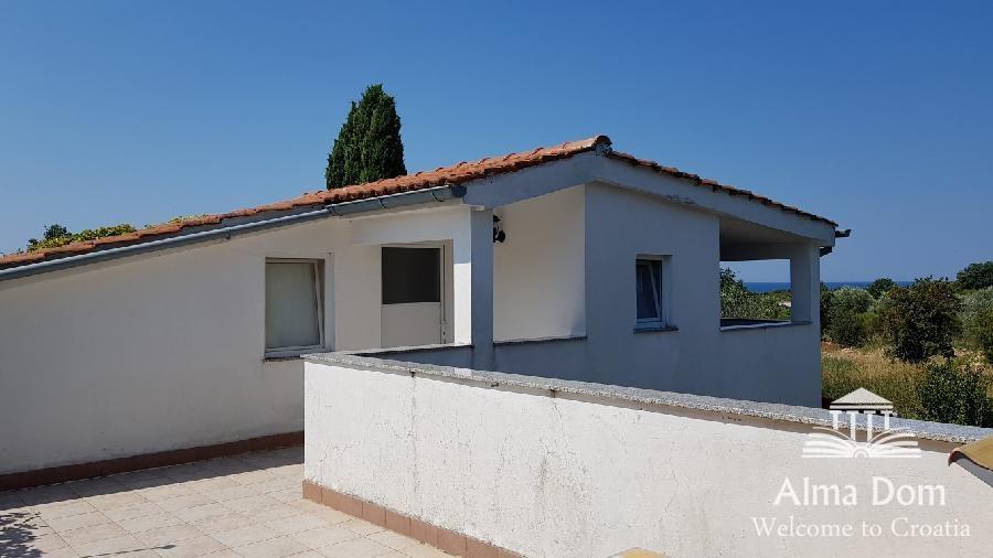 Kuća Peroj, samostojeća kuća sa apartmanima, velikom zelenom okućnicom (prodaja)