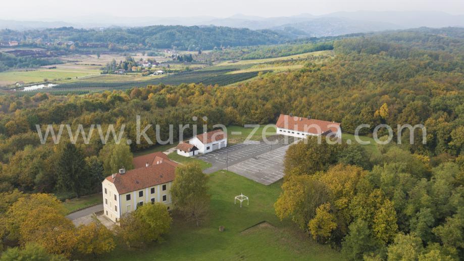 Kurija sa 26.700 m2 građevinskog zemljišta (prodaja)