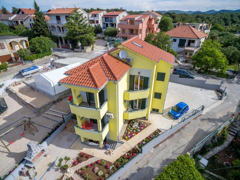 * Luksuzna Vila s prekrasnim dvorištem, Pirovac, dvokatnica, 300.00 m2 (prodaja)