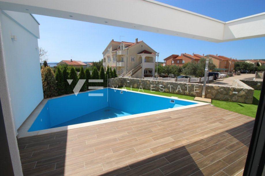 Luksuzni troetažni apartman sa bazenom i pogledom na more (prodaja)