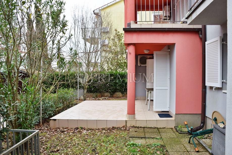 Malinska, okolica, prodaja namještenog apartmana u prizemlju s okućnic (prodaja)