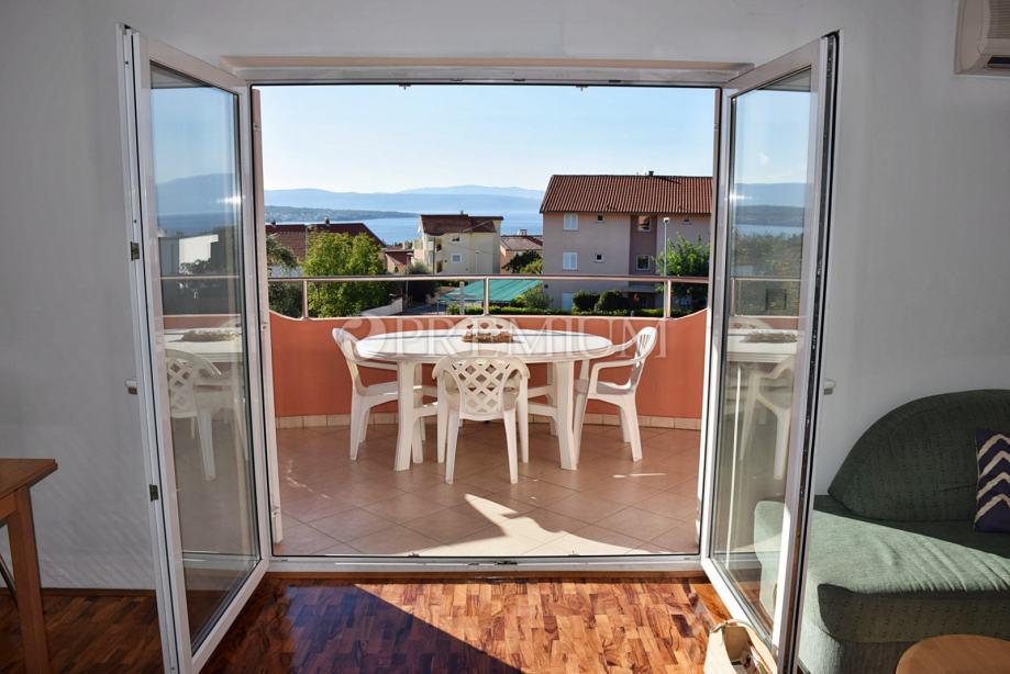 Malinska, prodaja namještenog apartmana s lijepim pogledom na more! (prodaja)