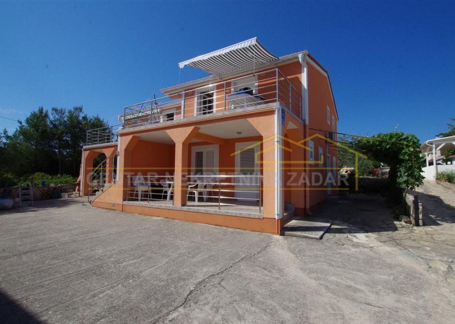 Neviđane, kuća sa 4 apartmana 30 m od mora (prodaja)