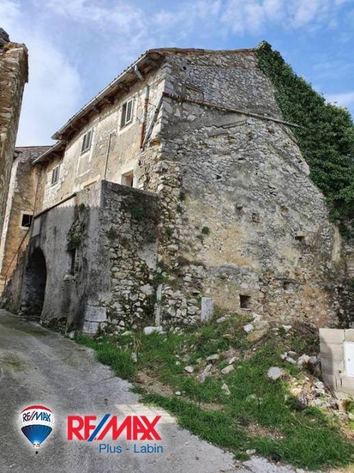 Pićan, Istra, Ruševna kuća u starogradskoj jezgri! (prodaja)