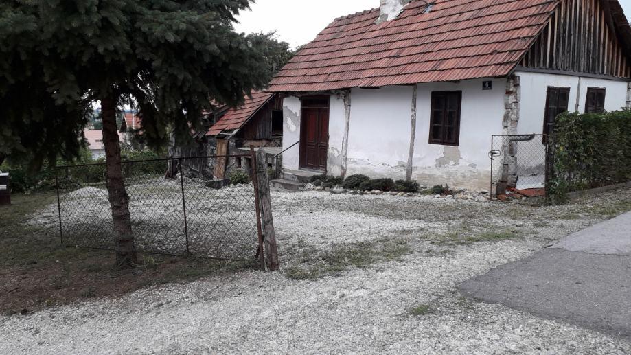 Prodaje se građ. zemljište s 2 objekta, 800 m od centra Ivanca