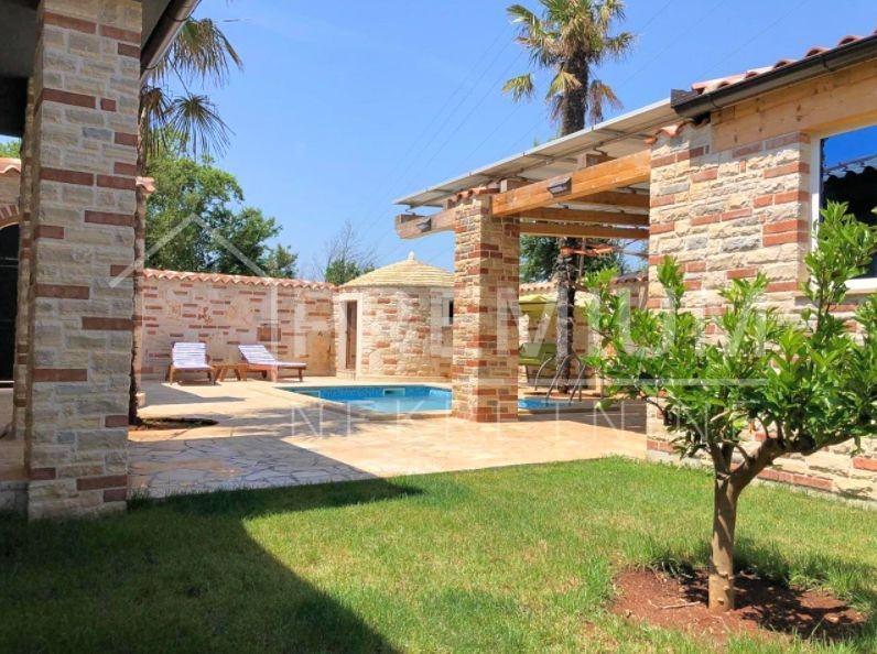 Prodaje se prekrasna kamena villa s bazenom u Medulinu (prodaja)