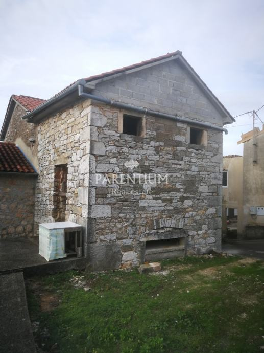 Stara kamena kuća sa dvorištem za renovaciju (prodaja)