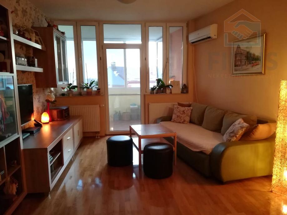 Trosoban stan s dvije lođe - širi centar Osijeka (prodaja)