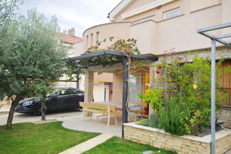 ODLIČNA PRILIKA - Turanj,  lijepo uređena dvojna kuća katnica s vrtom (prodaja)