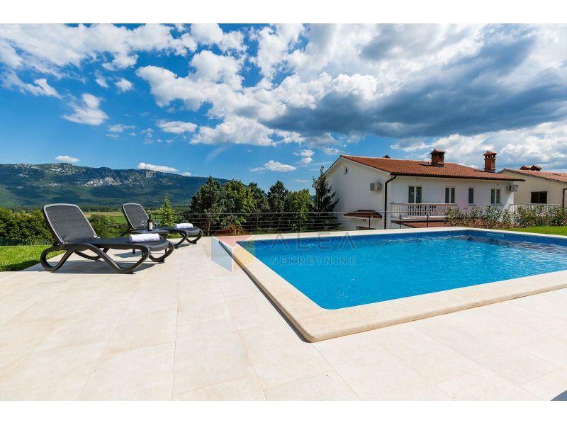 Villa za odmor u Istri s pogledom na Učku, okružena zelenilom, na mirn (prodaja)
