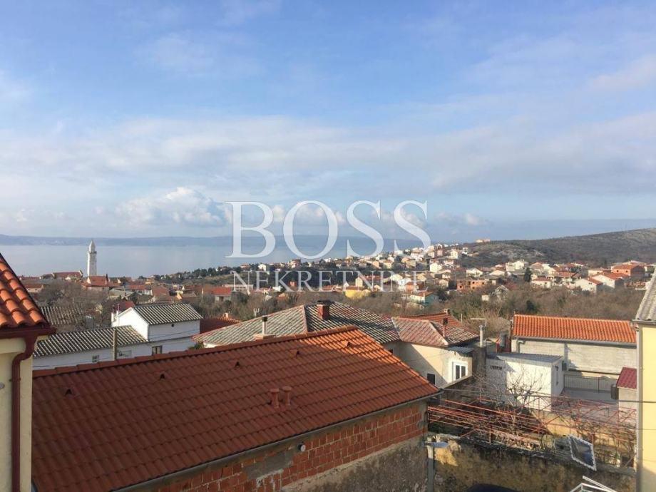 Novi Vinodolski, kuća u nizu 160m2+dvorište (prodaja)