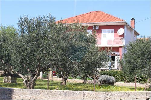 Vodice, 100 m od mora kuća 470 m2 na 800 m2 (prodaja)
