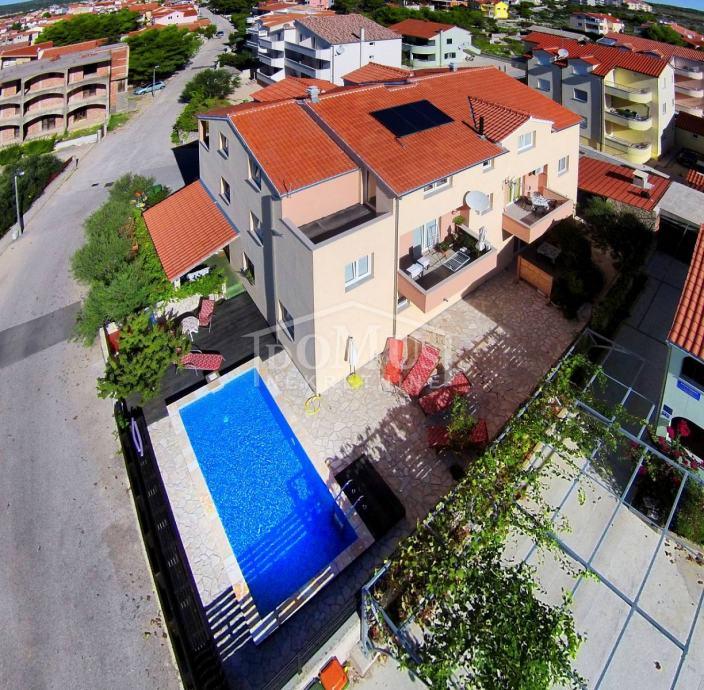 Vodice, apartman 77,77m2, 2-soban, namješten (prodaja)
