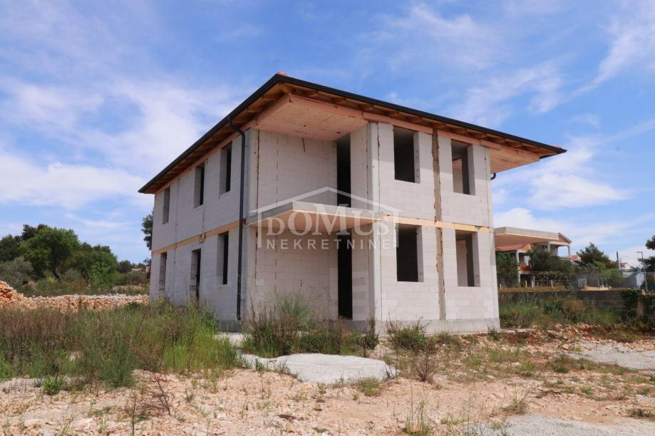 Vodice, dvojna kuća 110m2, dva stana, grubi radovi, dvorište 175m2 (prodaja)