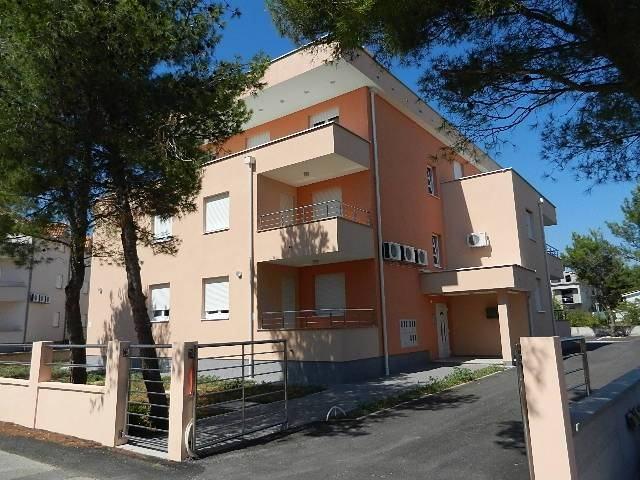 Vodice dvosoban apartman na II katu 450 m do plaže (prodaja)