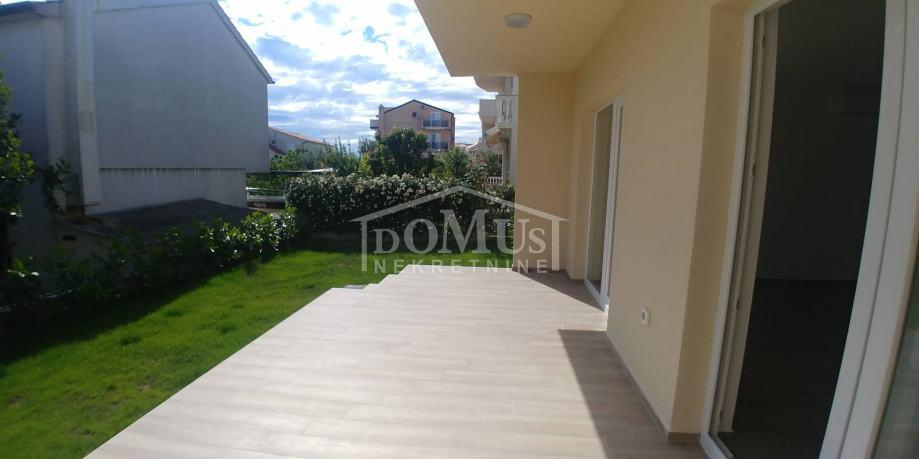 Vodice, Plava plaža, apartman 73m2, 2-soban, velika terasa i vrt (prodaja)
