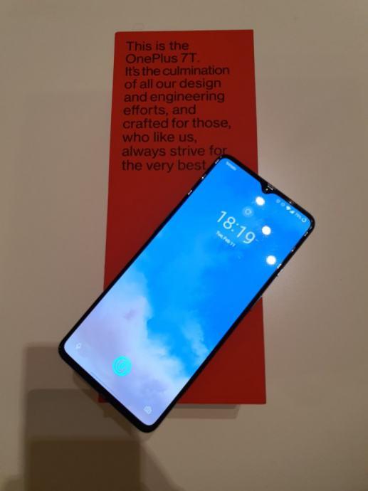 OnePlus 7T uz hrpu opreme